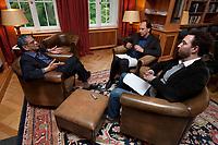 31 MAY 2010, BERLIN/GERMANY:<br /> Jagdish Natwarlal Bhagwati, indischer Oekonom und Professor fuer Politik und Wirtschaft an der Columbia University, Thomas Fricke und Martin Kaelble, G+J Wirtschaftsmedien, (v.L.n.R.), waehrend einem Interview, Bibiothek der American Academy<br /> IMAGE: 20100531-02-079<br /> KEYWORDS: Jagdish Bhagwati, Ökonom