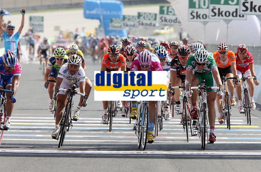 Sykkel<br /> Giro d'Italia<br /> Foto: PhotoNews/Digitalsport<br /> NORWAY ONLY<br /> <br /> Scarperia - wielrennen - cycling - cyclisme - Ronde van Italie - Giro D'Italia 7e etappe - Spoleto - Scarperia - Paolo Bettini (Ita-Quick Step)   - Alessandro Petacchi (Ita-Milram) - Thor Hushovd (Nor-Credit Agricole)