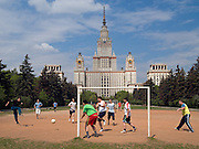 Studenten spielen Fussball auf einem Bolzplatz vor der staatlichen Lomonosov Universitaet in Moskau.<br /> <br /> Students playing soccer (football) infront of the Lomonosov State University in Moscow.