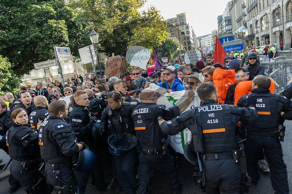 Polizisten versuchen während der 1. Welle der Blockupy Proteste am 02.09.2016 in Berlin, Deutschland den Demonstrationsaufzug aufzuhalten der sich in Richtung des Ministeriums bewegt. Das Bündnis versuchte das Ministerium für Arbeit und Soziales zu blockieren um gegen die Politik der Verarmung, Ausgrenzung und sozialen Spaltung zu protestieren. Foto: Markus Heine / heineimaging