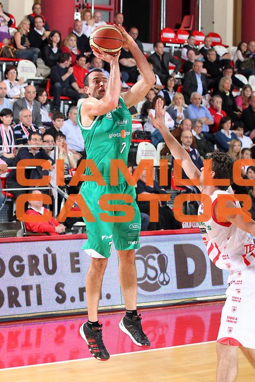 DESCRIZIONE : Teramo Lega A 2009-10 Bancatercas Teramo Benetton Treviso<br /> GIOCATORE : Jasmin Hukic<br /> SQUADRA : Benetton Treviso<br /> EVENTO : Campionato Lega A 2009-2010 <br /> GARA : Bancatercas Teramo Benetton Treviso<br /> DATA : 08/05/2010<br /> CATEGORIA : tiro<br /> SPORT : Pallacanestro <br /> AUTORE : Agenzia Ciamillo-Castoria/ElioCastoria<br /> Galleria : Lega Basket A 2009-2010 <br /> Fotonotizia : Teramo Lega A 2009-10 Bancatercas Teramo Benetton Treviso<br /> Predefinita :