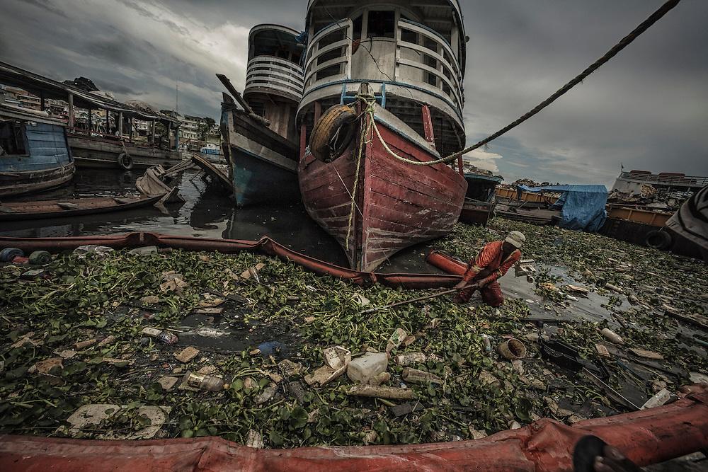 Brazil, Amazonas, rio Negro, Manaus. Igarape dos Educandos, recuperation des dechets de l'agglomeration rejetes dans les eaux du port.