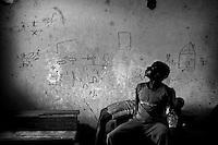 Rebels have used a small school in Patcho in the centre of the country as their headquarters for a while. They decorated the walls with their graffiti. The building is now used as a school again but the community has no money to paint the walls...Right in the heart of Africa, surrounded by Chad, Sudan and the Democratic Republic of Congo is the Central African Republic (CAR). In line with its neighbours this country is ravaged by internal conflicts. Several rebel groups are engaged in a permanent war with the government. Army and militias have burnt down thousands of villages. The population fled into the bush where an estimated 100,000 still live. ..The Central African Republic has many Internally Displaced People (IDP's). Nobody knows how many. It is almost impossible to register them. There is only one IDP camp in a country the size of Texas. Many crossed the border to Chad, but the majority lives spread out in the bush. Whole communities live in small huts trying to hide amongst the barren trees. Small patches of land are cultivated but don't produce enough to feed the population. The main crop is Cassava. The shortage of food and the unbalanced diet result in children with swollen belies, malnourished babies and a rate of death amongst children under the age of five which, at 167 out of 1000, is one of the highest in the world. ...---.Rebellen hebben een schoolgebouwtje verlaten. Ze hebben het een aantal jaar gebruikt als hoofdkwartier. Hun Graffiti getuigt nog van hun aanwezigheid. Kinderen hebben weer les omringd door gewelddadige taferelen. De gemeenschap heft geen geld voor wat witte verf om de muren opnieuw te schilderen..Omringd door Chad, Darfur en de Democratische Republiek Congo ligt de Centraal Afrikaanse Republiek. In lijn met de buren wordt ook dit land verscheurd door interne conflicten. Verschillende rebellengroepen zijn in een permanente oorlog met de regering verwikkeld. Duizenden dorpen zijn door, vooral het leger, maar ook door andere milities
