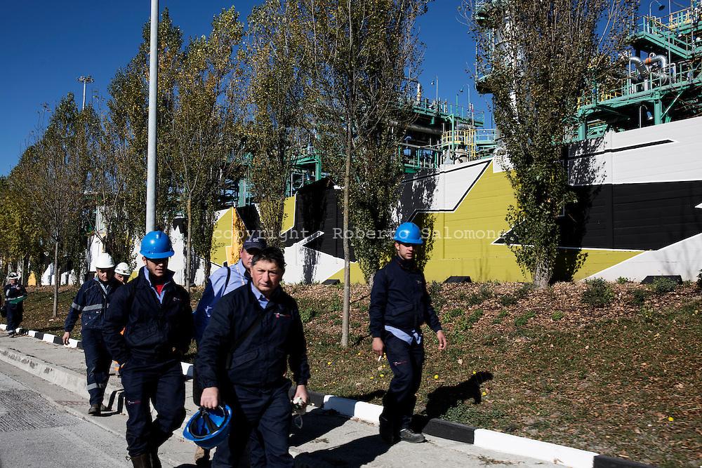 Viggiano, Italia - Operai durante il cambio turno all'esterno del centro olii dell'Eni a Viggiano.<br /> Ph. Roberto Salomone