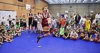 Basketball SV 03 Tuebingen / Walter Tigers Tuebingen 31.03.2016  Oster-Basketballcamp in der Uhlandhalle Tuebingen;  Kinder + Sport Basketball-Akademie mit Henning Harnisch (hinten re) und Bogdan Radosavljevic (hinten li, Tigers). Benedikt Theurer (Mitte) in Aktion