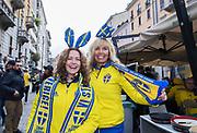 MILANO, ITALIEN - 2017-11-13: De svenska supportrarna Ingela Waldehagen och Linda Viklund laddar upp p&aring; Corso Como inf&ouml;r FIFA 2018 World Cup Qualifier Play-Off matchen mellan Italen och Sverige p&aring; San Siro Stadium den 13 November, 2017 i Milano, Italien. <br /> Foto: Nils Petter Nilsson/Ombrello<br /> ***BETALBILD***