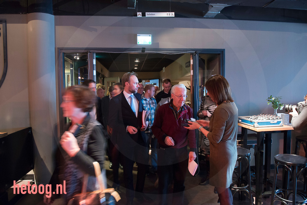 netherlands, Almelo Polmanstadion 07dec2015 aandeelhouders krijgen stemkastjes uitgerijkt bij begin Bijzondere aandeelhouders vergadering van  Ten Cate almelo over de omstreden overname door Gilde en partners.