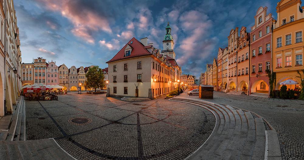 Hirschberg (Jelenia Gora) Bürgerhäuser am Ring mit gewölbten Laubengängen aus der Barock- und Rokokozeit.