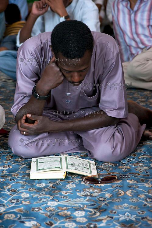 Roma 30 Agosto 2011. Eid al-Fitr preghiera per la fine del mese di  Ramadan alla grande Moschea di Roma. Un fedele legge il Corano.The Eid al-Fitr prayer the end  for Ramadan
