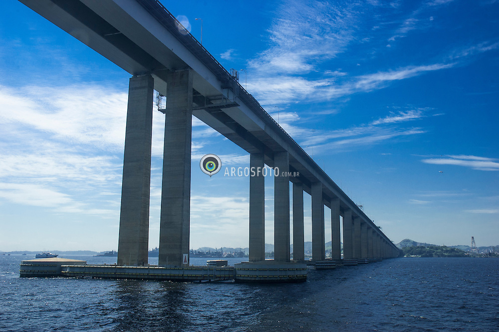 Ponte Presidente Costa e Silva, popularmente conhecida como Ponte Rio-Niteroi, localizada na baia de Guanabara, estado do Rio de Janeiro, no Brasil, e liga o municipio do Rio de Janeiro ao municipio de Niteroi. E a mais longa contrucao de concreto da america do sul, e a sexta mais longa do mundo / President Costa e Silva Bridge, commonly known as the Rio-Niteroi Bridge, is a box girder bridge located at Guanabara Bay, in the State of Rio de Janeiro in Brazil. It connects the cities of Rio de Janeiro and the municipality of Niteroi. It is currently the longest prestressed concrete bridge in the southern hemisphere, and the sixth longest in the world. Rio de Janeiro, Brazil 2012