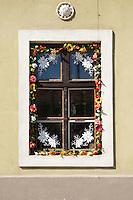 Window decorated with flowers in typical Hungarian style in the city of Koeszeg, Guens in Western Hungary.Fenster mit typisch ungarischem Blumenschmuck in der westungarischen Stadt Köszeg Güns, Ungarn