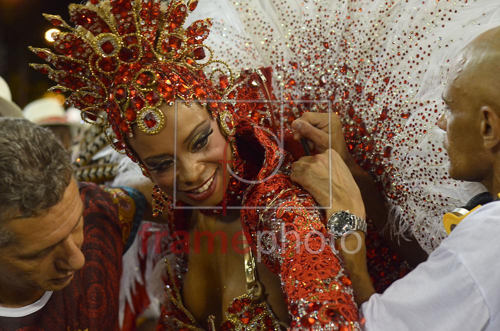 Rio de Janeiro, RJ – 14/02/2015 – Rainha de bateria Veronice de Abreu durante o desfile do GRES Alegria da Zona Sul, com o enredo Kari'Oka, primeira escola no segundo dia do Grupo de Acesso do Carnaval 2015, no Sambódromo da Marquês de Sapucaí, na noite de hoje (14/02). FOTO: ADRIANO ISHIBASHI/FRAME
