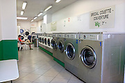 Frankrijk, Lille, 18-8-2013Interieur van een wasserette in de stad.Lille ligt in een sterk de verarmde regio noordwest. Het is de hoofdstad van Frans Vlaanderen, van de regio Nord Pas de Calais en van het Noorder departement.Foto: Flip Franssen/Hollandse Hoogte