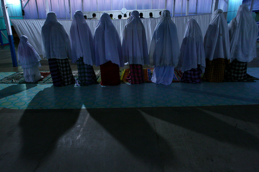 Evening prayer inside the  temporary mosque in Long Barracks. @ Martine Perret. February 2006