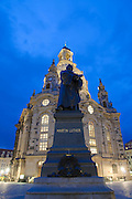 Neumarkt und Frauenkirche, Lutherdenkmal, Dämmerung, Dresden, Sachsen, Deutschland.|.church of Our Lady, Martin Luther memorial, Neumarkt at night, Dresden, Germany