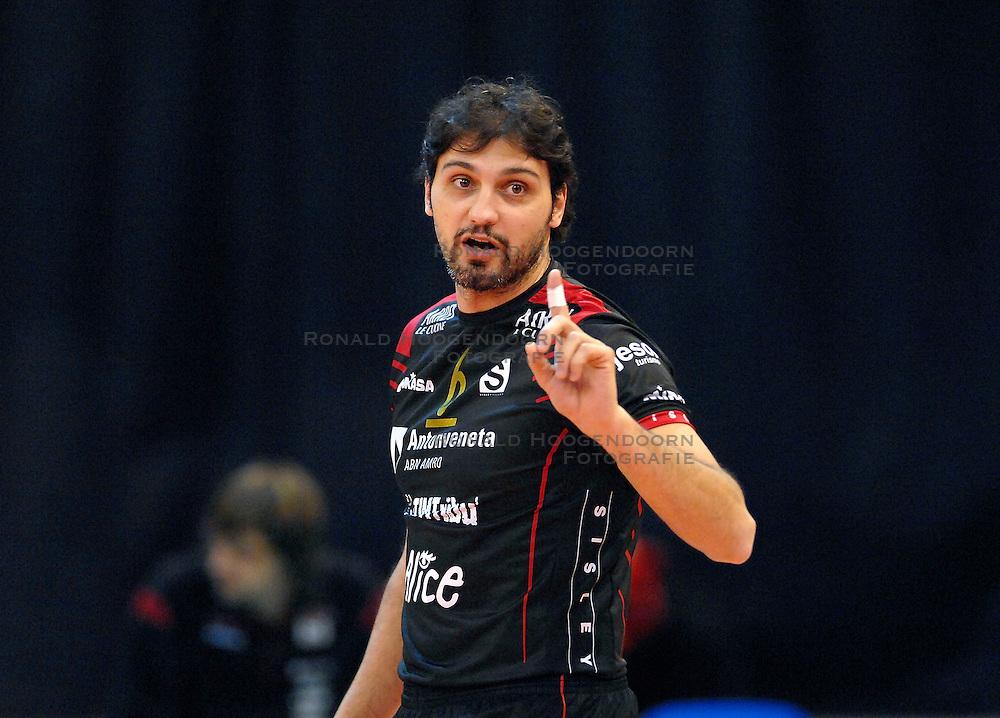 23-01-2007 VOLLEYBAL: SISLEY TREVISO - ORTEC NESSELANDE: VILLORBA ITALIE<br /> Nsselande verliest ook uit van Treviso met 3-1 en staat nog steeds met nul overwinningen onderaan in groep B / Samuele Papi <br /> &copy;2007-WWW.FOTOHOOGENDOORN.NL