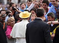 Rom, Vatikan 22.10.2014 Papst Franziskus I. (li) bekommt einen Cowboyhut von einem franzoesischen Pilger aufgesetzt, bei der woechentlichen Generalaudienz auf dem Petersplatz