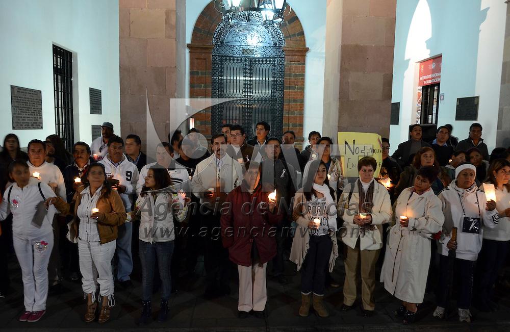 Toluca, México.- Unas 90 personas de diversas delegaciones del municipio Toluca marcharon por las princiapales calles del Centro Histórico de la capital mexiquense para exigir a las autoridades municipales seguridad y alto a la desaparición de mujeres, en una expresión que fue encabezada por diputados y regidores del PAN. Agencia MVT / Arturo Hernández S.