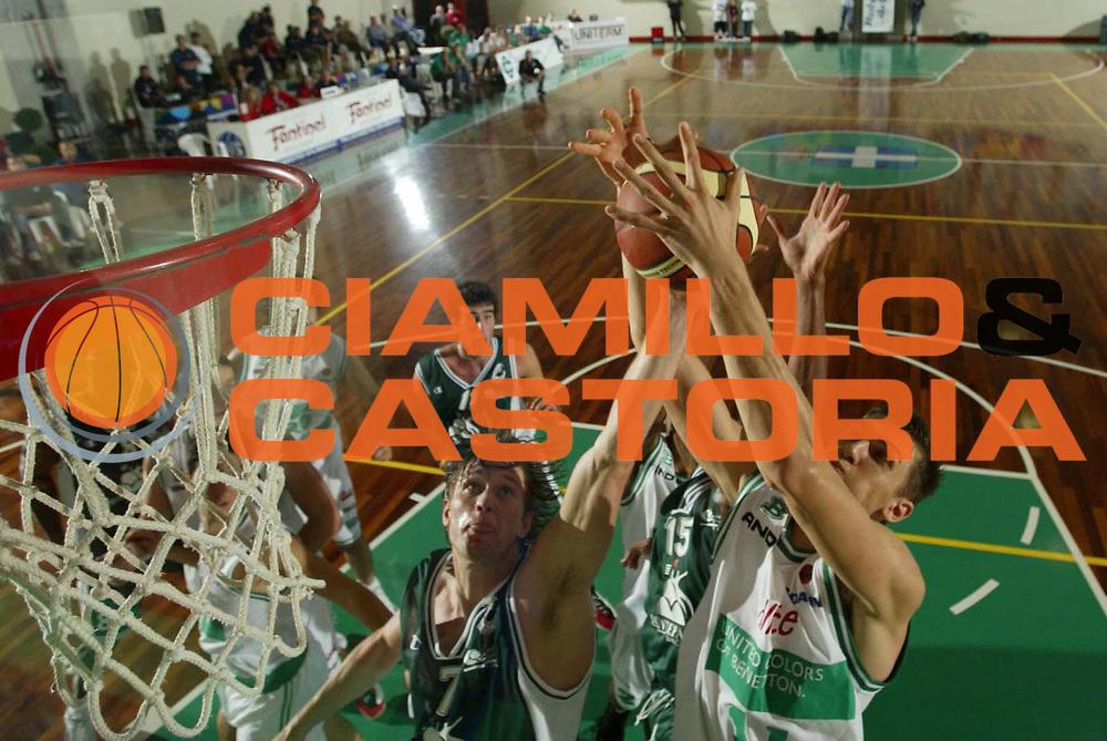 DESCRIZIONE : UDINE CAMPIONATO LEGA A1 2005-2006 PRECAMPIONATO MEMORIAL SNAIDERO<br />GIOCATORE : BARGNANI - BOISA<br />SQUADRA : BENETTON TREVISO - MONTEPASCHI SIENA<br />EVENTO : CAMPIONATO LEGA A1 2005-2006 PRECAMPIONATO MEMORIAL SNAIDERO<br />GARA : MONTEPASCHI SIENA-BENETTON TREVISO<br />DATA : 29/09/2005 <br />CATEGORIA : TIRO<br />SPORT : Pallacanestro <br />AUTORE : Agenzia Ciamillo-Castoria
