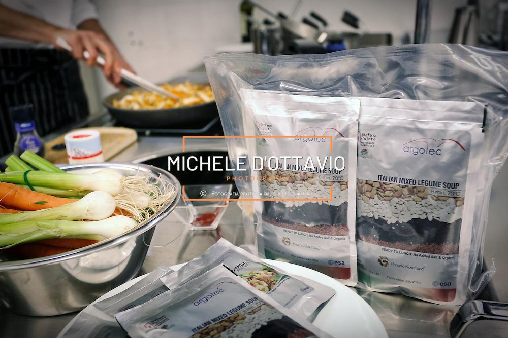 """Confezioni del cosiddetto bonus food, cioè il """"cibo della festa"""" degli astronauti preparato dallo Chef Stefano Polato di Argotec a Torino"""