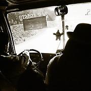 Desde La Cumbre a 4.725 m  punto m&middot;s alto por donde discurre la carretera de los Yungas, hasta la localidad de Coroico a 1.750 m . los conductores salvan el desnivel de 3.000 metros en dos horas de recorrido.Bolivia.<br /> Foto : JORDI CAMI