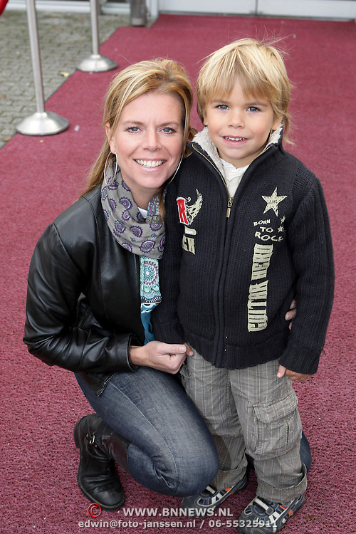 NLD/Amsterdam/20081004 - Première het Grote Terra POPconcert, Corine Boon en zoon Julian