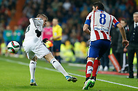 Real Madrid´s Toni Kroos (L) and Atletico de Madrid´s Raul Garcia during Spanish King´s Cup match at Santiago Bernabeu stadium in Madrid, Spain. January 15, 2015. (ALTERPHOTOS/Victor Blanco)