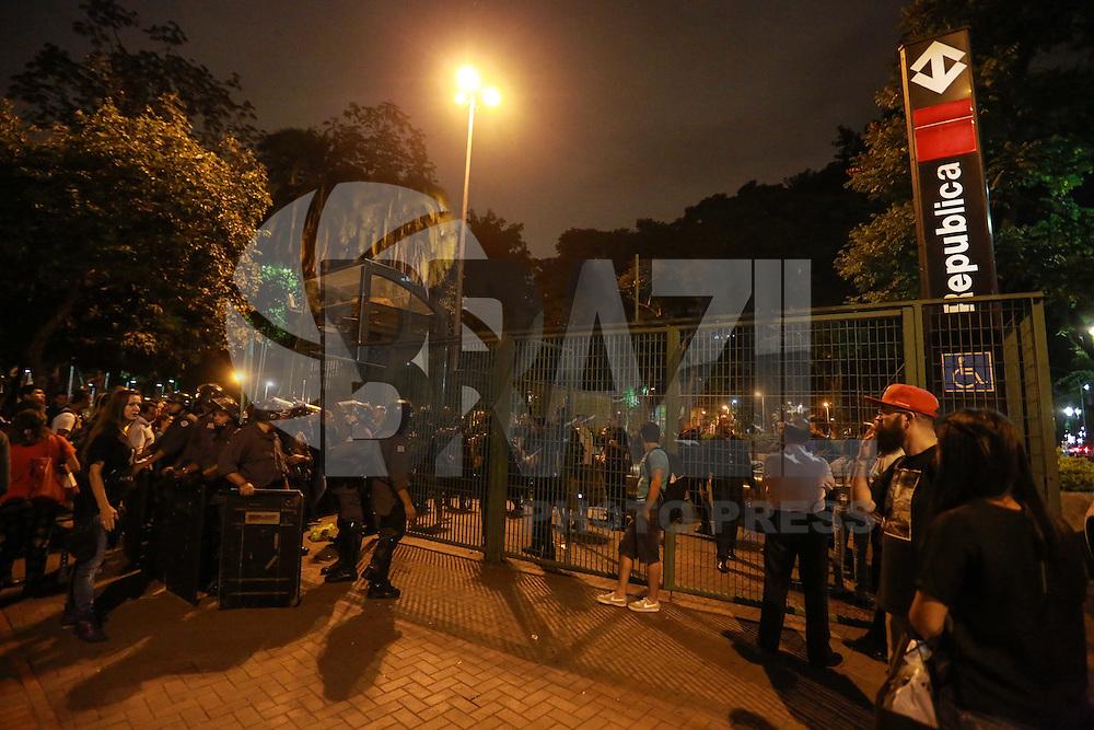 SÃO PAULO, SP, 19.01.2016 -PROTESTO-SP - Passageiros ficam presos na Estação de Metrô da República, no centro de São Paulo, que foi fechada para evitar quebra-quebra ao fim do 4º ato contra o aumento das tarifas de ônibus, trem e metrô em São Paulo, organizado pelo Movimento Passe Livre (MPL), em São Paulo, nesta terça-feira. Desde sábado (9) a tarifa passou de 3,50 para 3,80 reais. Algumas pessoas resolveram pular a grade para sair. (Foto: William Volcov/Brazil Photo Press)
