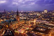 Blick von der St. Petri Kirche auf die Altstadt, Hamburger Rathaus mit Weihnachtsmarkt, Kontorh&auml;user und Speicherstadt bei Sonnenuntergang<br /> <br /> *** View on the City Lights from the tower of the St. Petri Church in Hamburg, Germany ***