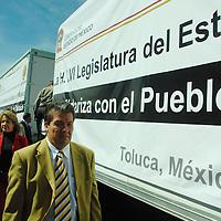 Toluca, Mex.- Diputados de la LV Legislatura del Estado de México dan banderazo de salida a cinco unidades cargadas de viveres para los damnificados del estado de Tabasco.  Agencia MVT / José Hernández. (DIGITAL)<br /> <br /> <br /> <br /> NO ARCHIVAR - NO ARCHIVE