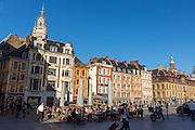 Vue sur la grande place de Lille avec au premier plan lune terrase d'un café // View of Grand'Place of Lille with café terrace at foreground