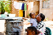 Botswana, Mistake på 2 år med moren og søsteren.