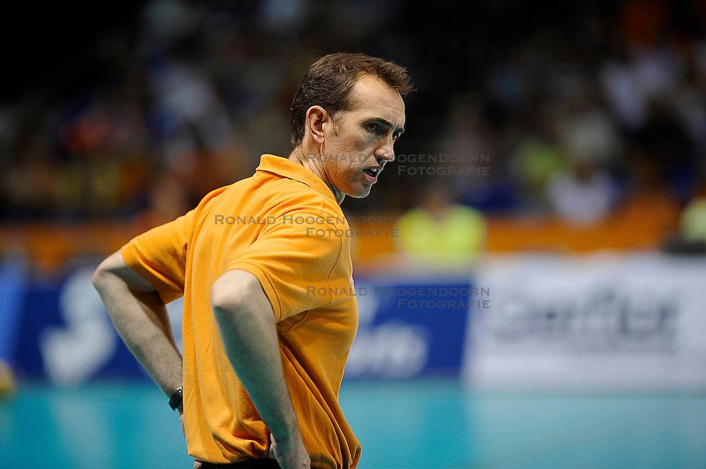 27-06-2010 VOLLEYBAL: WLV NEDERLAND - BRAZILIE: ROTTERDAM<br /> Nederland verliest met 3-2 van Brazilie / Coach Peter Blange<br /> &copy;2010-WWW.FOTOHOOGENDOORN.NL