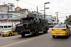 O transporte blindado do BOPE, conhecido como Caveirão na entrada da favela Morro do Alemão, em 27 de novembro de 2010 no Rio de Janeiro, Brasil.. Centenas de soldados e policiais se juntaram para uma repressão sobre as gangues de drogas. No início desta semana, a polícia forçou os membros das gangues saírem da favela Vila Cruzeiro, com o auxílio de tanques M113 transportadores blindados de pessoal. FOTO: Jefferson Bernardes/Preview.com