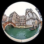 November 29~December 2, 2014  •  Venice, Italy  •  new images for 'aRound Venice'  •  Campiello dei Miracoli and the Ponte S. Maria Nova as a gondola passes by