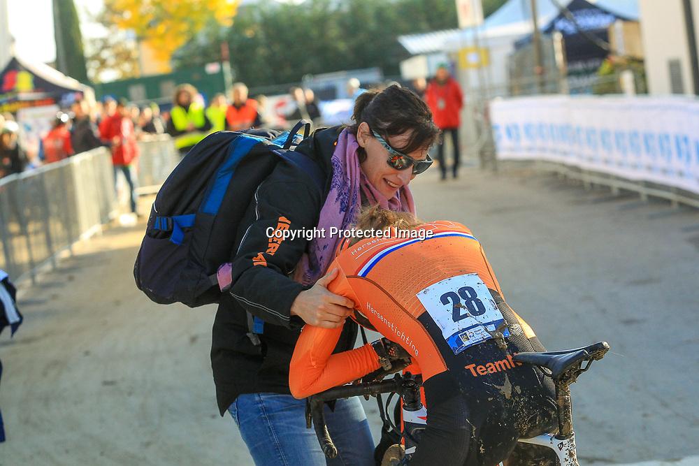 10-11-2019: Wielrennen: Europees Kampioenschap Veldrijden: Silvelle<br />Puck Pieterse wordt opgevangen door KNWU stafflid Sanne Fictoor