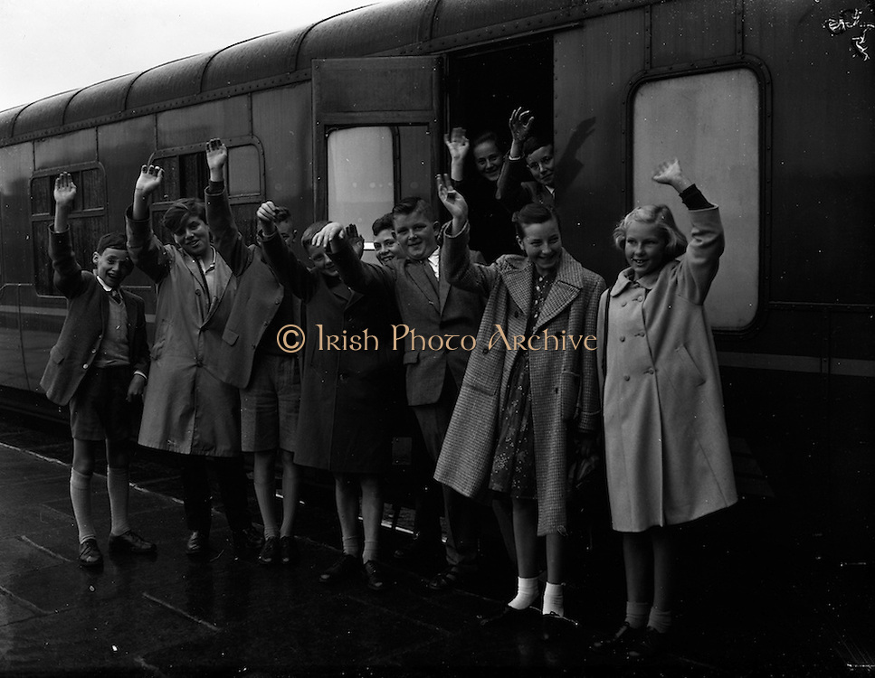 12/09/1961<br /> 09/12/1961<br /> 12 September 1961<br /> Children leave for the Gaeltacht from Pearse Station, Westland Row, Dublin, special for Gael Linn