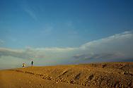 La zona es árida formando pequeños desiertos de tierra amarillenta, donde el infinito se apodera de la escena acompañando a los caminantes. Paraguaipoa, 09-01-2001 (Ramón Lepage / Orinoquiaphoto)    Los Filudos, a Guajiro indigenous market near the Venezuelan - Colombian border on the Guajira . Paraguaipoa (Ramón Lepage / Orinoquiaphoto)