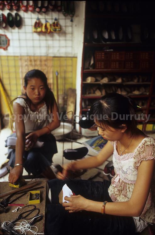 La frabrication des chaussures a Pingyao, Shanxi, Chine