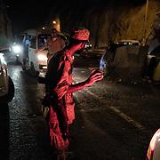 Des miliciens de la 'Security Belt' contrôlent les voitures circulant entre Cratère (Shira), et Ma'ala, deux quartiers d'Aden, le 13 juin 2017. La sécurité est la première priorité des autorités d'Aden, en proie à la montée de groupes radicaux comme Al Qaida.