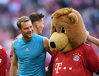 Fussball  1. Bundesliga  Saison 2018/2019  3. Spieltag  FC Bayern Muenchen - Bayer 04 Leverkusen       15.08.2018 SCHLUSSJUBELJUBEL FC Bayern Muenchen; Torwart Manuel Neuer (li) und Maskttchen Berni ----DFL regulations prohibit any use of photographs as image sequences and/or quasi-video.----