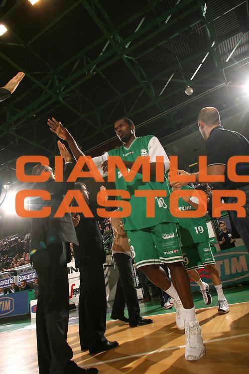 DESCRIZIONE : Treviso Lega A1 2006-07 Benetton Treviso Tisettanta Cantu <br /> GIOCATORE : Goree Presentazione<br /> SQUADRA : Benetton Treviso<br /> EVENTO : Campionato Lega A1 2006-2007 <br /> GARA : Benetton Treviso Tisettanta Cantu <br /> DATA : 04/02/2007 <br /> CATEGORIA : Curiosita<br /> SPORT : Pallacanestro <br /> AUTORE : Agenzia Ciamillo-Castoria/M.Marchi