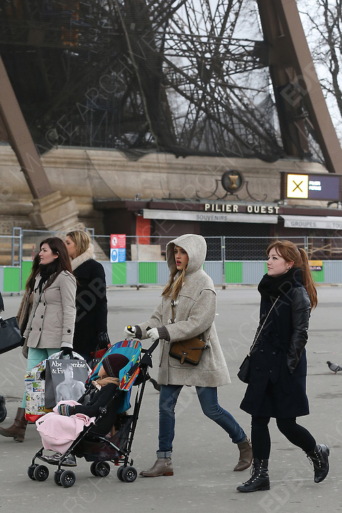 01.MARCH.2013. PARIS<br /> <br /> JESSICA ALBA SPOTTED IN PARIS WITH HER DAUGHTER HONOR MARIE<br /> <br /> BYLINE: EDBIMAGEARCHIVE.CO.UK<br /> <br /> *THIS IMAGE IS STRICTLY FOR UK NEWSPAPERS AND MAGAZINES ONLY*<br /> *FOR WORLD WIDE SALES AND WEB USE PLEASE CONTACT EDBIMAGEARCHIVE - 0208 954 5968*