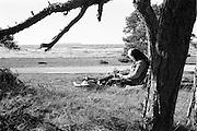Gotland på östra sidan, en av Karlsöarna i bakgrunden. Mor Ester tecknar.