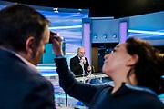 Genève, février 2018. Sandy Jeannin, consultant pour la rts Il commente un match de hockey des JO et donne des explications de séquences de jeux pendant la pause sur le plateau des sports. Avant le direct. © Olivier Vogelsang