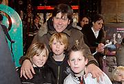 Premiere van Nanny McPhee in Tuschinski Amsterdam in aanwezigheid van Emma Thompson en Colin Firth .<br /> <br /> <br /> <br /> Premiere of Nanny McPhee in Tuschinski Amsterdam in the presence of Emma Thompson and Colin Firth<br /> <br /> <br /> <br /> Op de foto / On the photo:<br /> <br /> <br /> <br /> Erik van der Hoff met zoontje Igor (links) <br /> <br /> <br /> <br /> Party's Cool