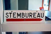 Nederland, Wijchen, 18-5-2008Op een basisschool die wordt gebruikt als stemlokaal bij verkiezingen staat een richtingbordje naar het stembureau.Foto: Flip Franssen/Hollandse Hoogte