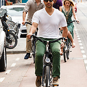 NLD/Amsterdam/20150702 - Adam Rodriguez en Amber Heard fietsend door Amsterdam - Adam Rodriquez and Amber Heard on a bycicle in Amsterdam,