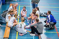 BARNEVELD - Hoofdklasse zaalhockey dames. Den Bosch-Rotterdam (1-0). teambespreking Rotterdam. COPYRIGHT KOEN SUYK