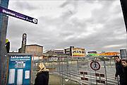 Nederland, Arnhem, 10-1-2007Het tijdelijke NS station van Arnhem. De afstand tussen de treinen en het busstation is erg groot omdat de reizigers langs de stationswinkels geleid worden. Er is grote frustratie onder reizigers omdat het project van nieuwbouw zo traag verloopt en het tijdelijke station zo ver van het busstation ligt. Het oude station, links, wordt binnenkort gesloopt om plaats te maken voor moderne nieuwbouw. Een ontwerp van Ben van Berkel.Foto: Flip Franssen/Hollandse Hoogte